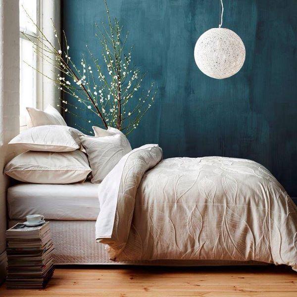 déco bleu canard interieur mur bleu lit lin beige plantes