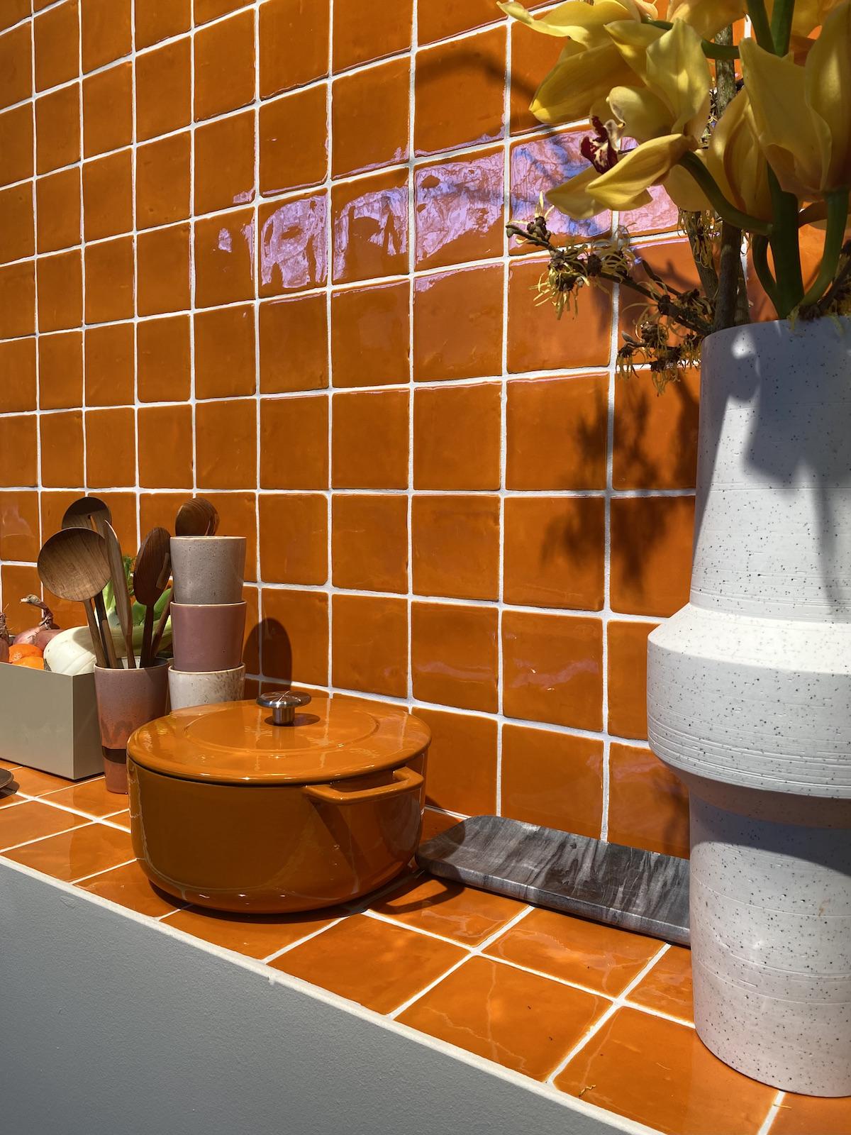 cuisine orange crédence plan de travail zellige - blog déco clem around the corner