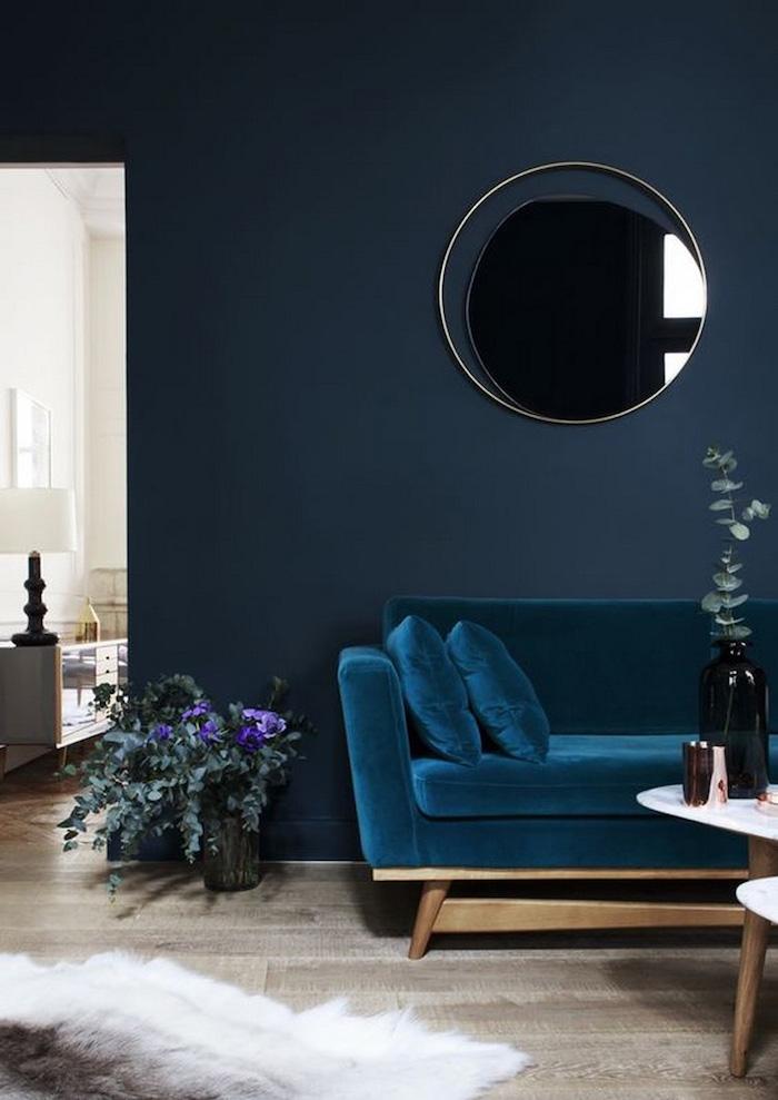deco bleu canard canape salon parquet maison appartement paris velours tapis fausse fourrure table