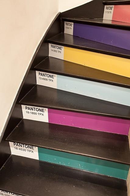 Personnaliser ses escaliers couleurs contremarche décorative pantone.