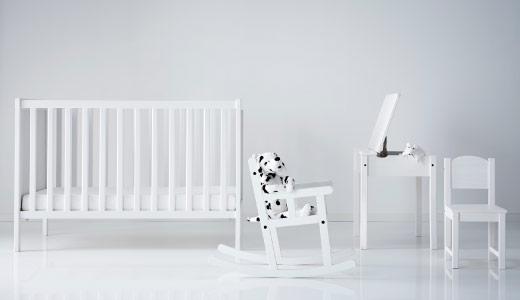 Chaise a bascule IKEA et meuble bébé