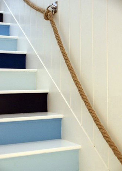 Photo © Decorating Files. Personnaliser ses escaliers contremarche décorative bleue.