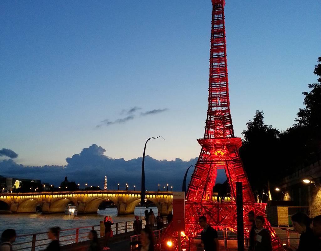 Tour eiffel Fermob Paris anniversaire quai de Seine chaise bistro. www.clemaroundthecorner.com.