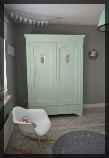 Chambre verte menthe grande armoire