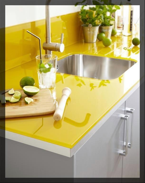 plan de travail jaune citron. clem around the corner.
