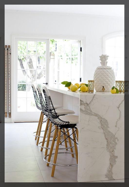 Tabourets de bar cuisine en marbre.