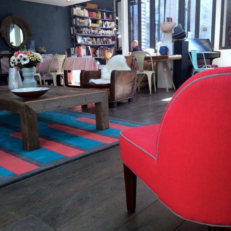Salon bleu tapis fauteuil rouge made.com www.clemaroundthecorner
