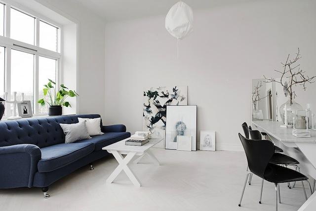 Un intérieur blanc et indigo. www.clemaroundthecorner.com