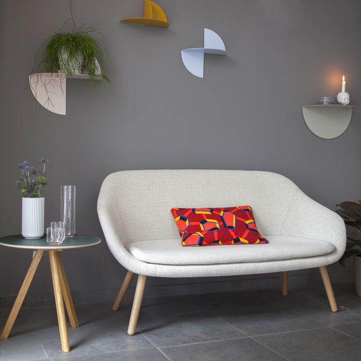 The pivot shelf, designed by Lex Pott for Hay étagère. www.clemaroundthecorner.com. L'étagère Pivot, est en acier peint à la poudre époxy. Tout sobrement inspirée d'un cercle de métal plié, elle est à la fois simple et fonctionnelle.