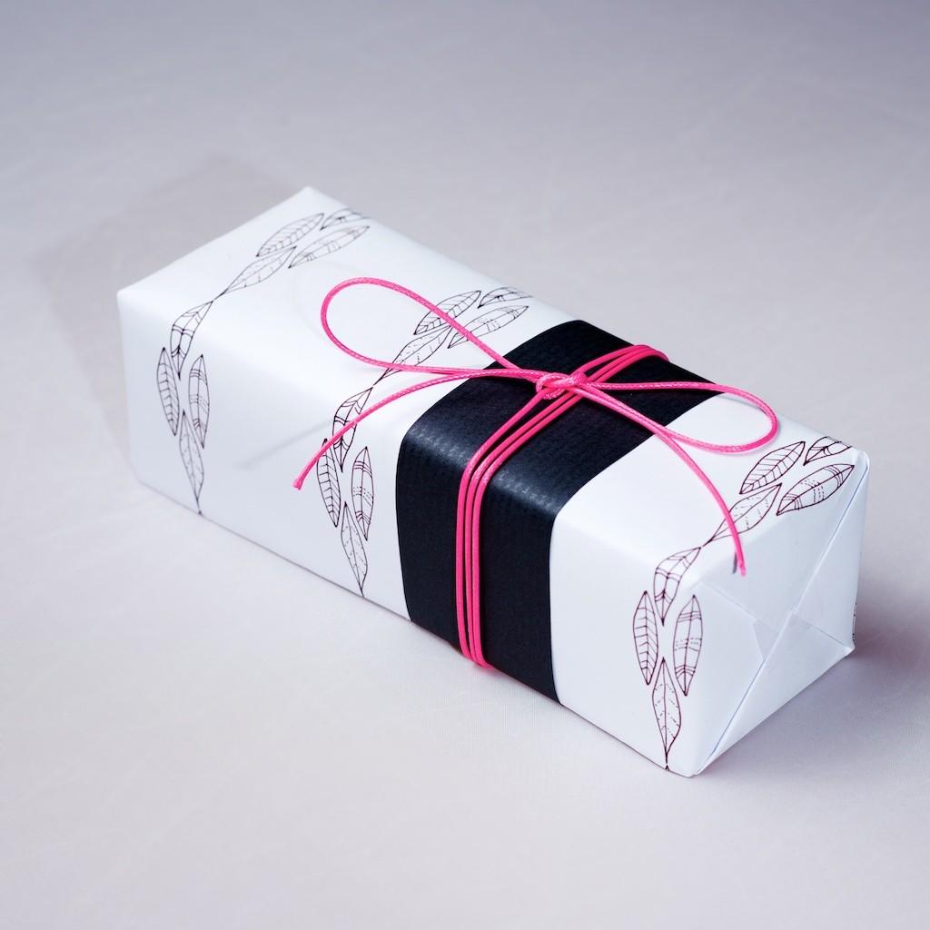 Emballage cadeau feuille noire et fil rose DIY