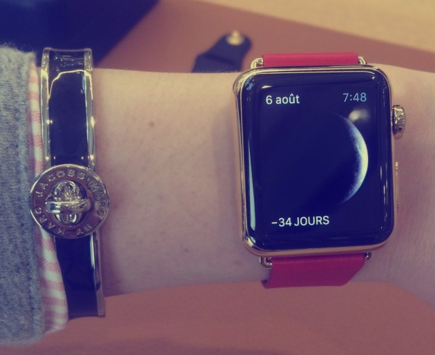 apple watch bracelet orange au poignet