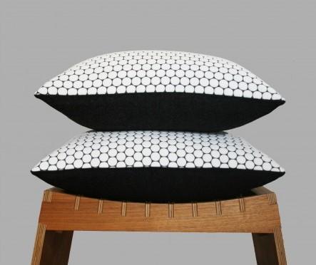 coussin carre noir et blanc motif geometrique. www.clemaroundthecorner.com
