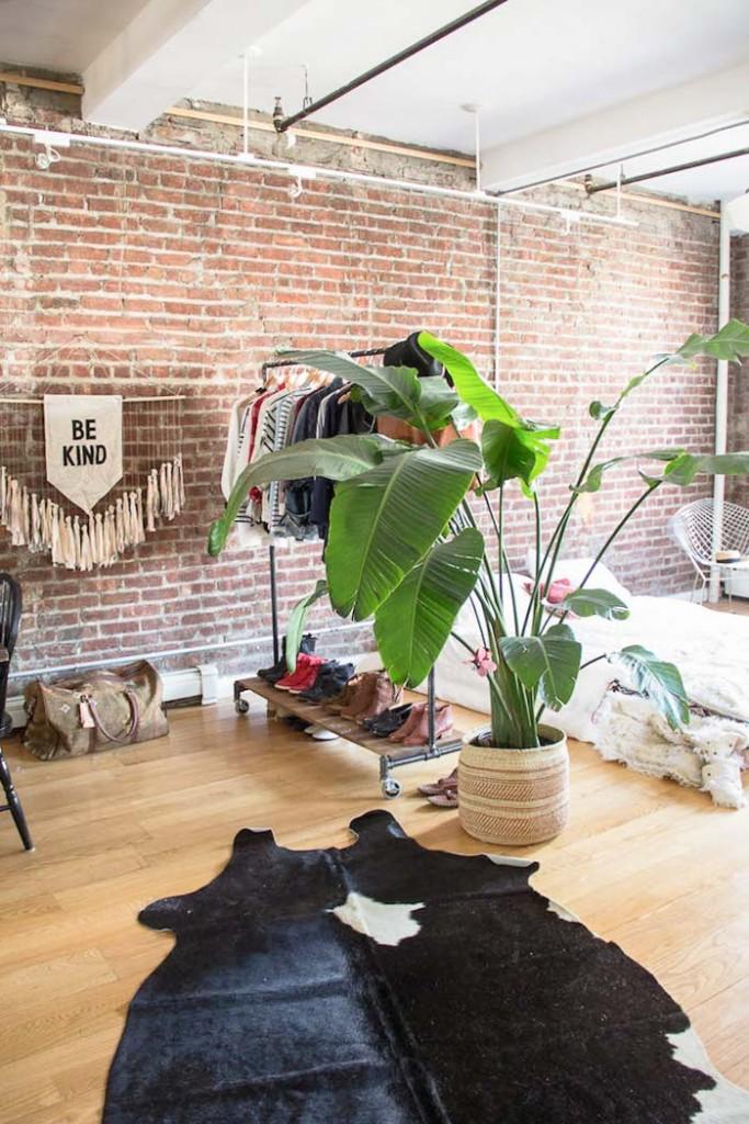 Visite d'un loft style indus à Brooklyn. Un immense espace, sans cloison, sans contrainte, un grand espace pour vivre et partager. www.clemaroundthecorner.com