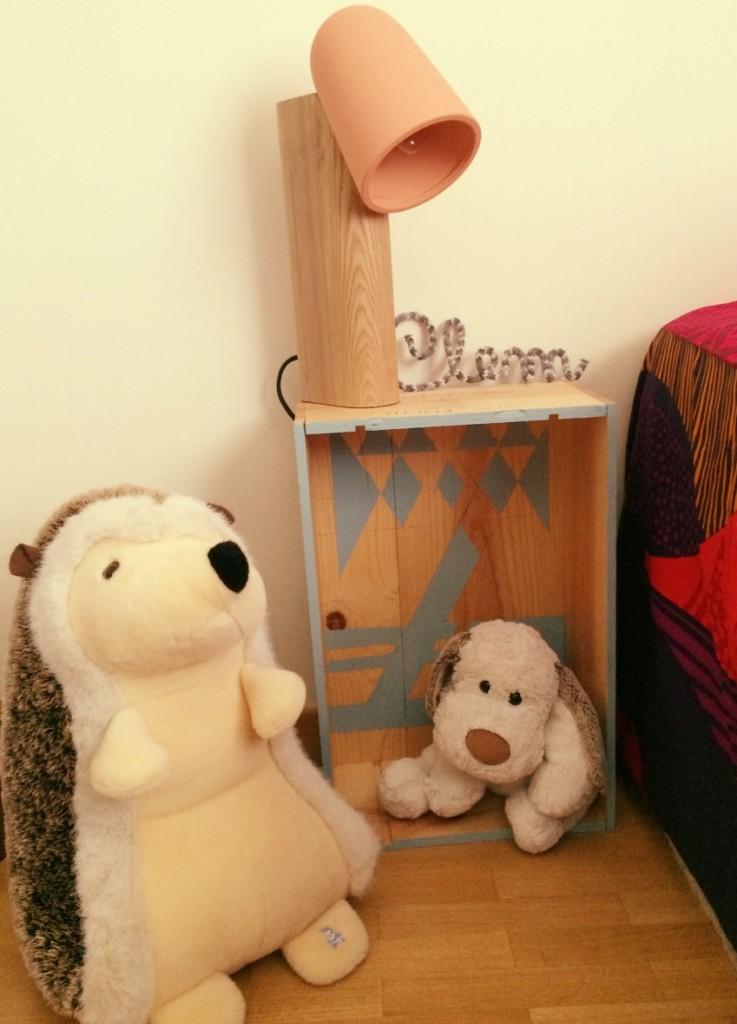 Table de chevet en caisse à vin pour chambre d'enfant. Table de nuit peluche histoire d'ours et nain bleu.