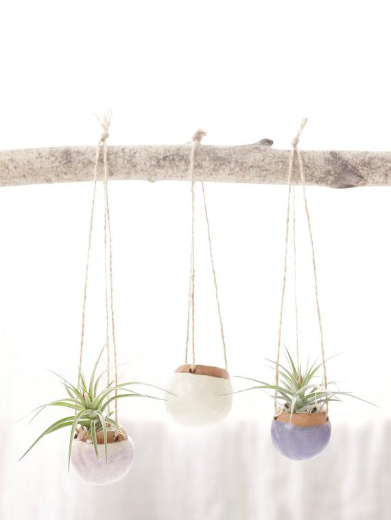 Jardinières suspendues. Ensemble de trois pots suspendus en argile faits main. www.clemaroundthecorner.com