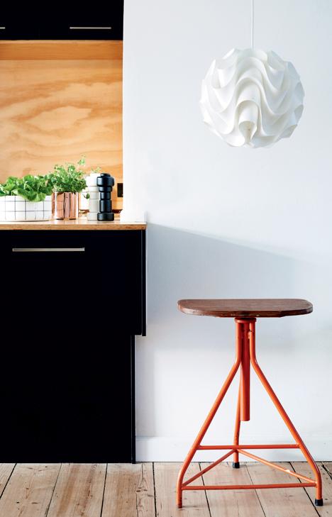 Ulrik Foss design minimaliste cuisine ouverte américaine tabouret bar industriel rouge