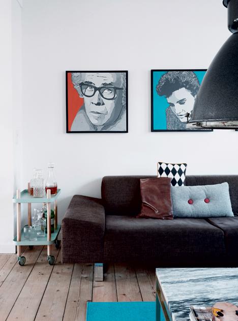 salon retro assortiment coussin dépareillé  portrait elvis Ulrik Foss intérieur