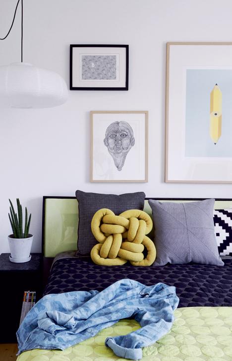 Ulrik Foss chambre mur de cadres tte de lit coussin noeud scandinave jaune moutarde