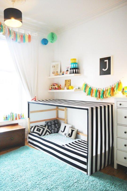 fabriquer un lit cabane pour une chambre montessori au sol déco noir blanche