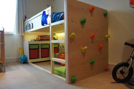 IKEA Hack transformer le lit IKEA Kura mur d'escalade.
