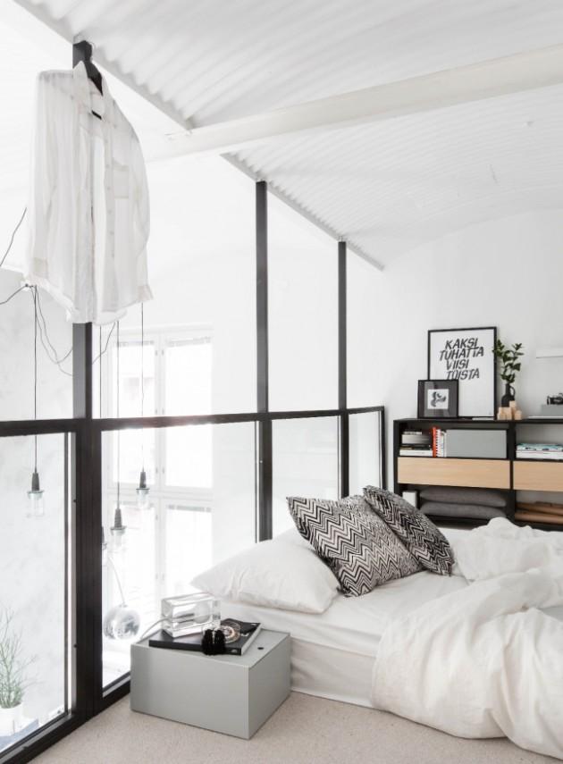 Intérieur finlandais chambre lumineuse blanche et miroir.