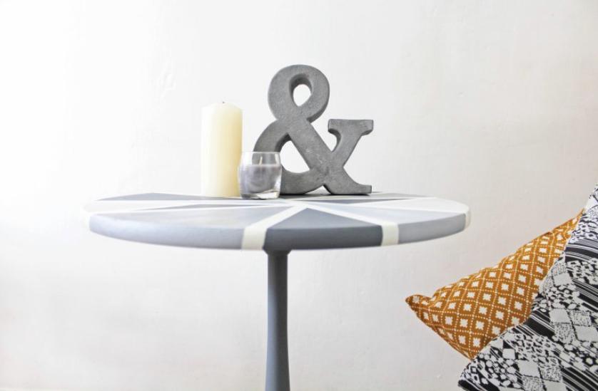 Table à motifs géométriques DIY.