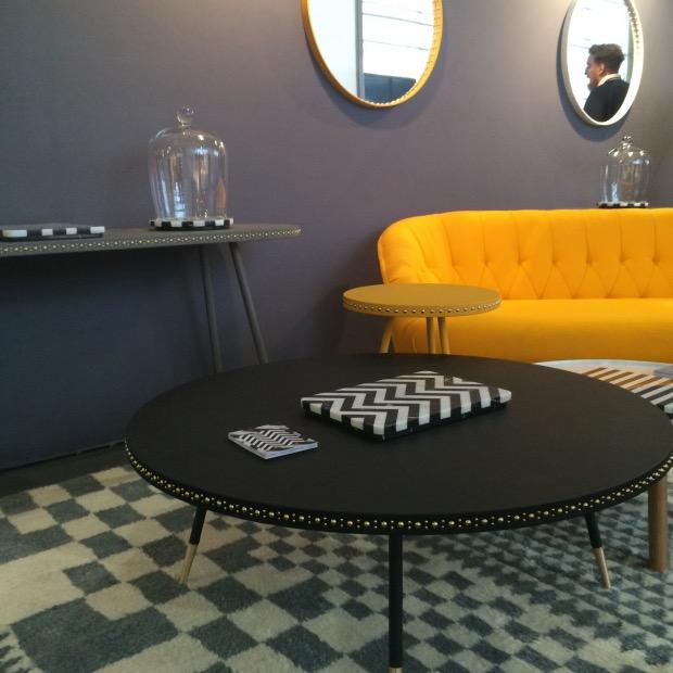 grande table basse ronde noire en cuir clou de tapissier laiton doré pied fin