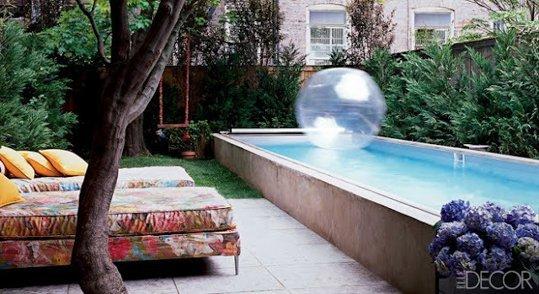 Petite piscine dans un petit jardin exterieur