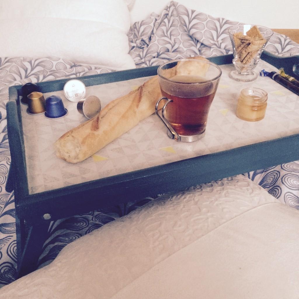 Relooker un plateau de petit déjeuner DIY avec des chutes de papier peint