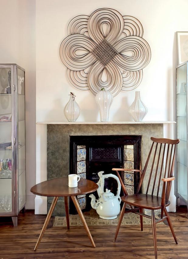 coin cheminee avec table et chaise en bois.