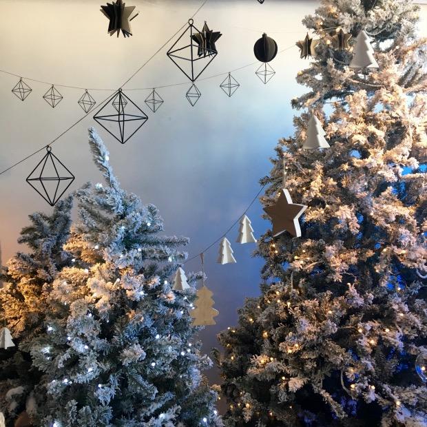 beau faux sapin de Noël enneige artificiel.