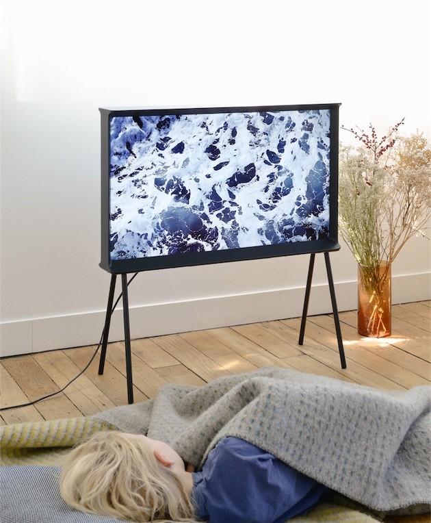 Television sur pied élancé design noir