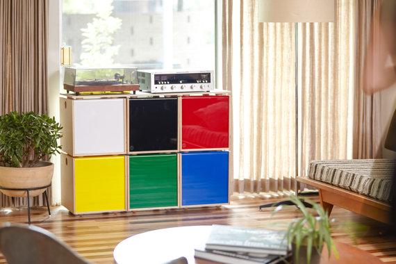 Set de 6 cubes de couleur empilables - 435€. (Les cubes peuvent s'acheter individuellement au prix de 92€).