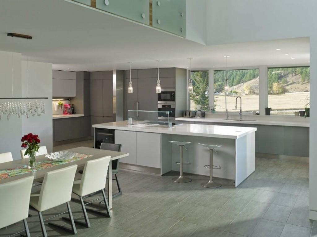 cuisine minimaliste blanche maison ouverte sur la nature.