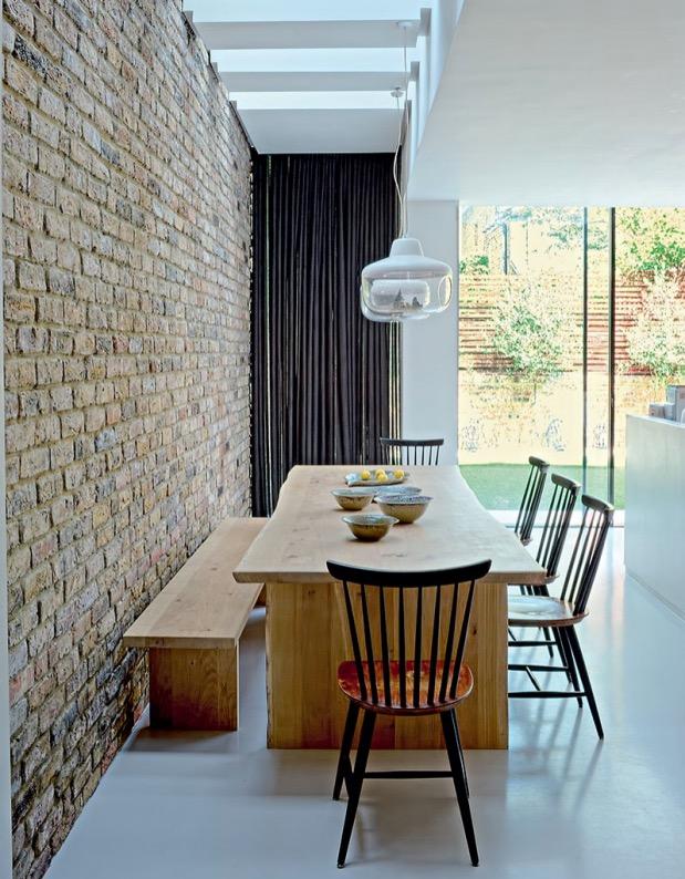 grande table de repas en bois entouree de chaise tapiovaara
