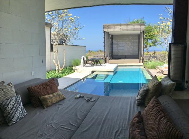chambre ouverte sur l'exterieur piscine