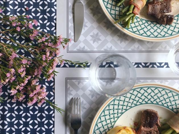set de table en papier imitation motif carreaux de ciment blanc et gris - blog déco - clem around the corner