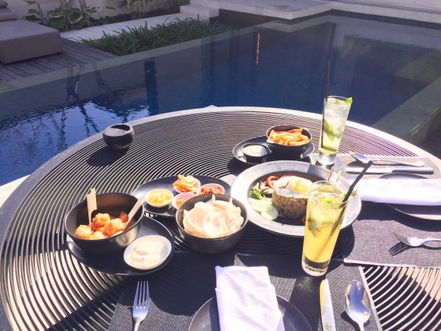 dejeuner indonesien au bord de la piscine