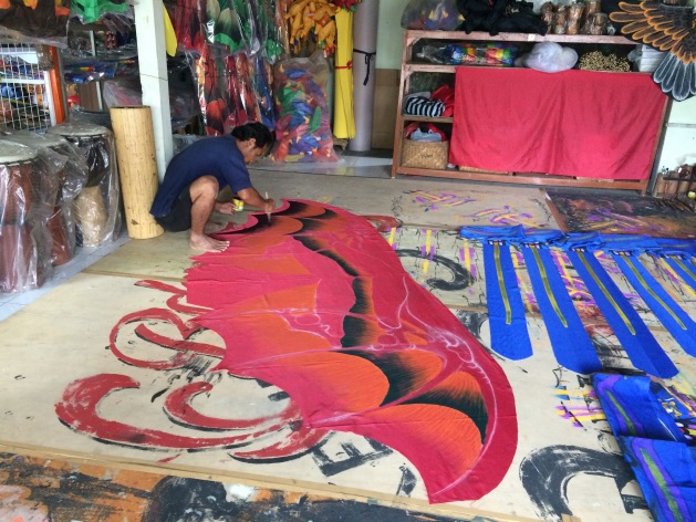 fabrication peinture cerf-volant a la main artisan bali