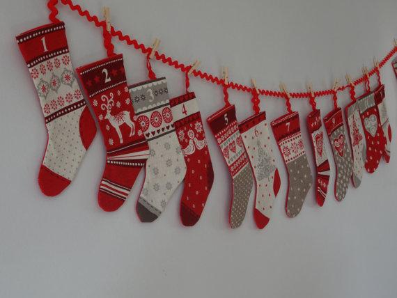 Guirlande de chaussettes de Noël à suspendre.