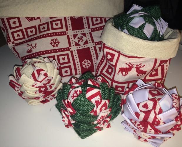 deco fait maison boule de noël en tissu.