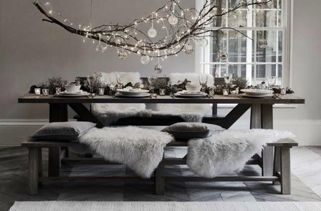 table de fête noël fourrure et décoration noir et blanche chic