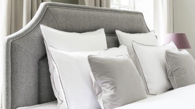 chambre tête de lit chic clou grise et blanche