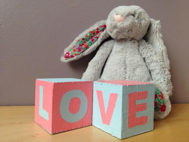 DIY cubes en bois peints pour bebe
