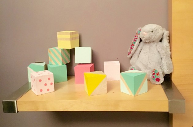 diy cubes en bois peints pour enfant blog d co clem around the corner. Black Bedroom Furniture Sets. Home Design Ideas