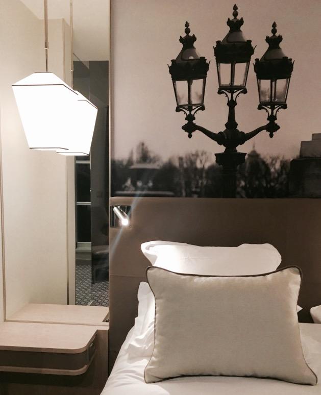 chambre hotel la lanterne photo noir et blanc paris