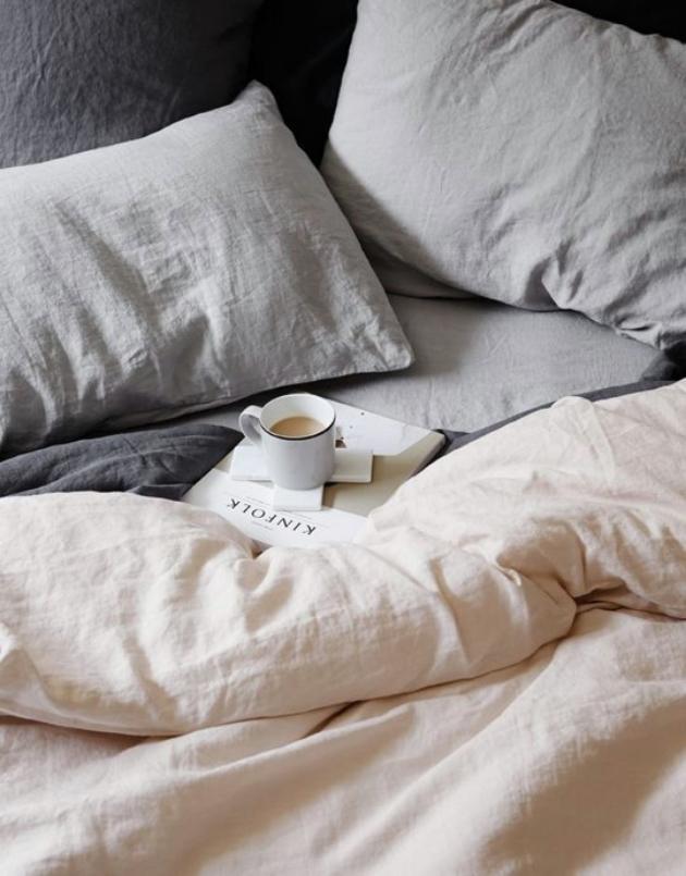 draps en lin petit dejeuner au lit cafe