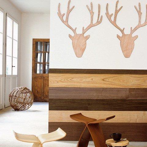 planche de bois sur une partie du mur