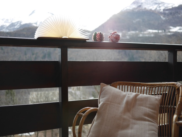 balcon montagne chalet fauteuil rotin