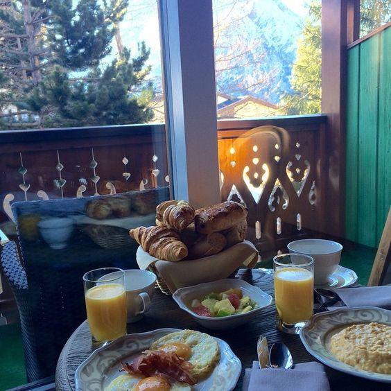 petit dejeuner en chambre chalet mounier-clematc